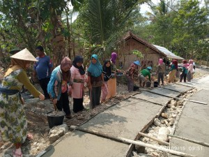 Swadaya Dan Gotong-Royong Peningkatan Jalan Dusun Rejosari Desa Kumejing